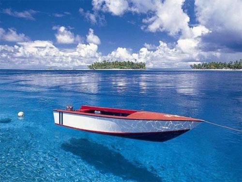 Лодка над водой