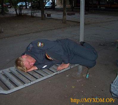Мент на скамейке