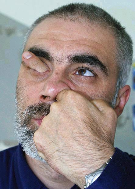 Засунул палец в нос