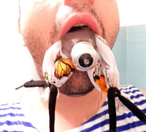 Просовываем платок в рот за лампочку