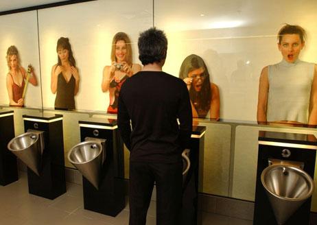 Девушки подглядывают в туалете