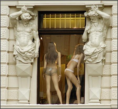 Даже скульптуры засмотрелись