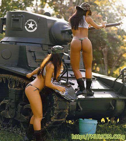 Девушки моют танк