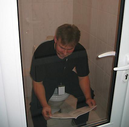 Туалет со стеклянной дверью