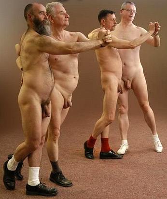 Четыре голых мужика танцуют